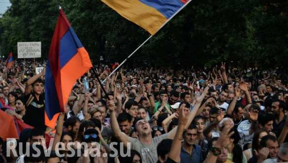 Часть протестующих начинает покидать проспект Баграмяна в Ереване
