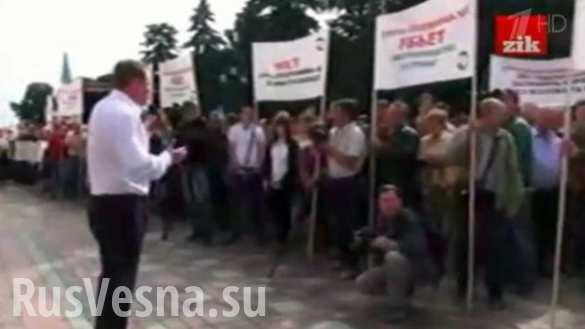 Cотни человек собрались в Киеве у стен Верховной Рады (ВИДЕО)