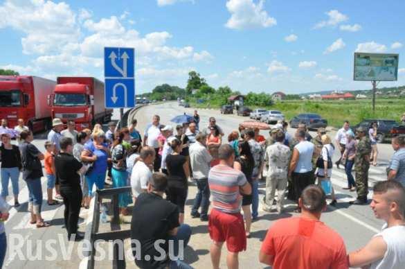 В знак протеста против вручения повесток на мобилизацию в Днепропетровской области около 150 человек заблокировали автодорогу