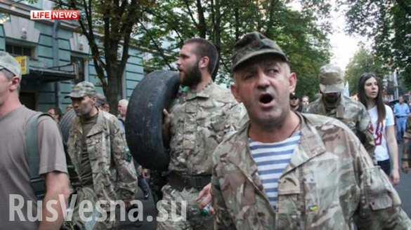 Боевики карательных батальонов «Торнадо» и «Айдар» несут покрышки к администрации Порошенко (ФОТО, ВИДЕО)