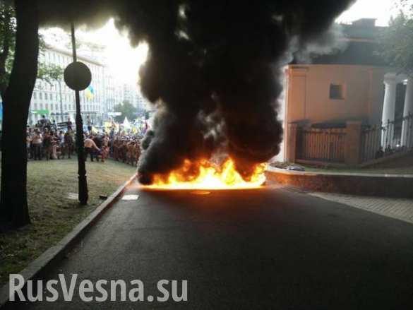 Участники нацистского шествия в Киеве подожгли шины возле стадиона Динамо (ФОТО, ВИДЕО)