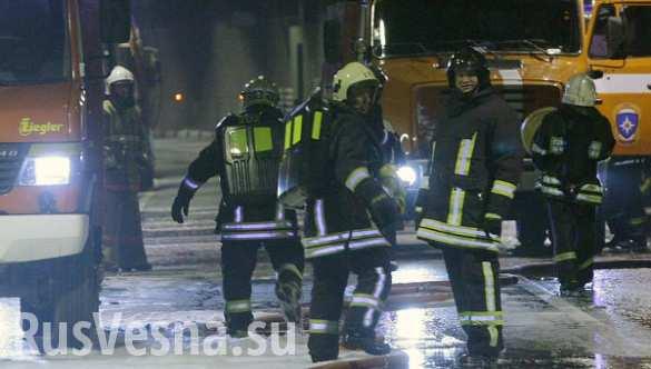 Пожар со здания ТМЗ в Тушино перекинулся на два соседних здания (ВИДЕО)
