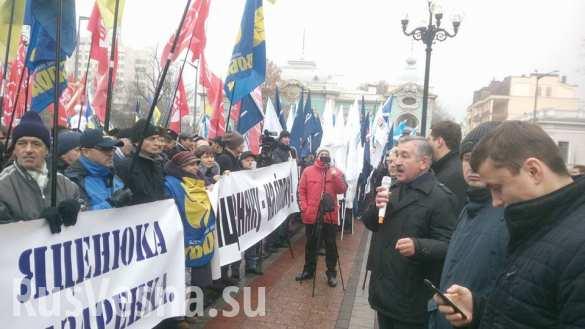 У Рады митингуют за отставку Яценюка: «Беги, кролик, беги!» (ФОТО ВИДЕО)