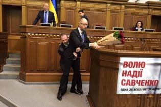 Украинские депутаты подрались во время годового отчета Яценюка