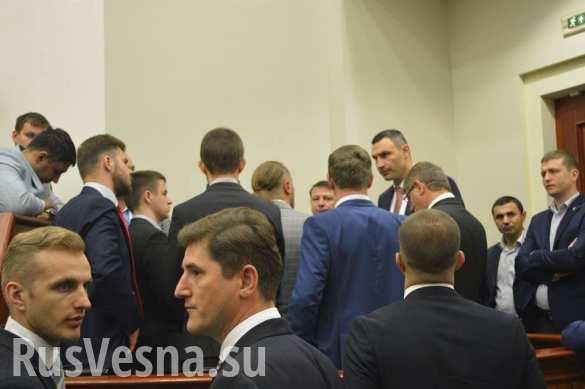 Политика по-украински: депутаты-«свободовцы» заблокировали трибуну Киевсовета (ФОТО)