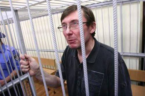 Месть «терминатора»: Генпрокурор Луценко собрался лично обвинять беглеца Януковича в суде