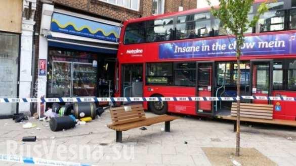 Двухэтажный автобус влетел в лондонский магазин, пострадали 15 человек (ФОТО, ВИДЕО)