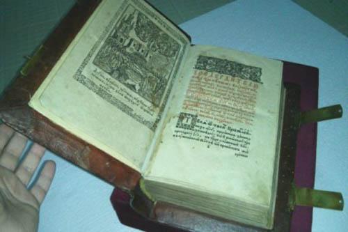В Киеве из Национальной библиотеки имени Вернадского украли напечатанную в 1574 году во Львове книгу «Апостол»