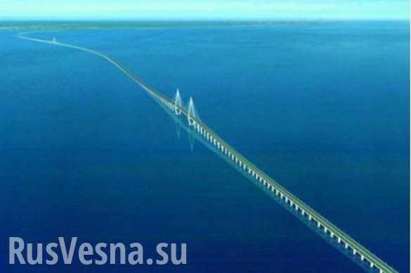 Исторический момент: крымский мост «шагнул» в море (ВИДЕО)