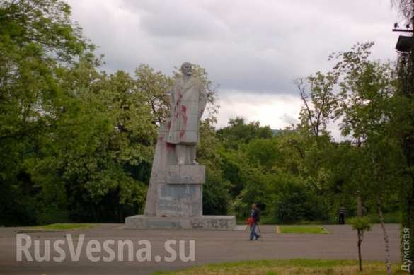 Памятник Ленину в Одессе победил коммунальщиков — попытка сноса не удалась (ФОТО)   Русская весна