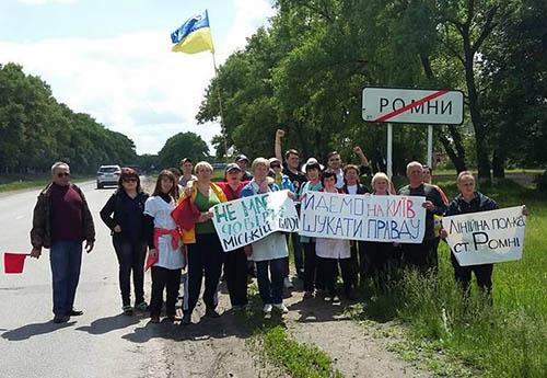 Сумские врачи с песнями и лозунгами двинулись пешком на Киев правду искать