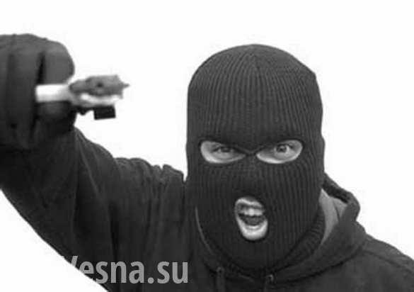 В московском банке грабитель взял в заложники шестерых человек
