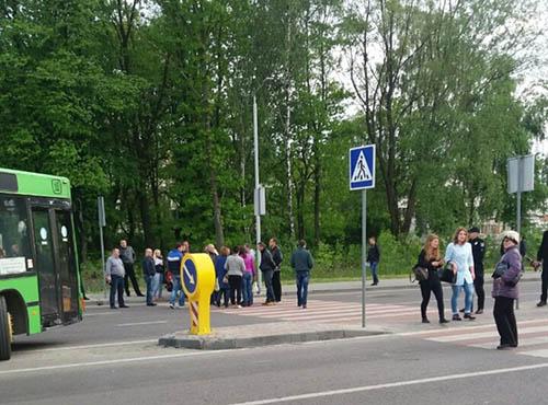 Во Львове обманутые жители-вкладчики в строительство перекрыли дорогу