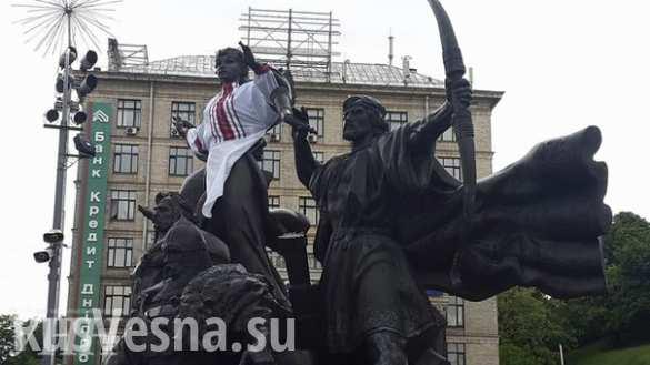 Дресс-код по-украински: теперь в вышиванки наряжают памятники (ФОТО, ВИДЕО)