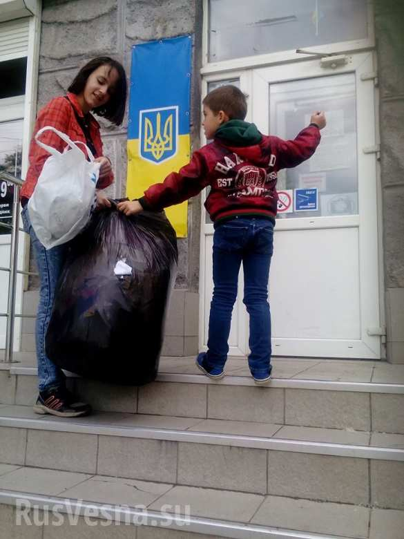 «Вата, забудь про море!» — в Днепропетровске майданщица сорвала 5 кг объявлений об отдыхе в Крыму (ФОТО) | Русская весна