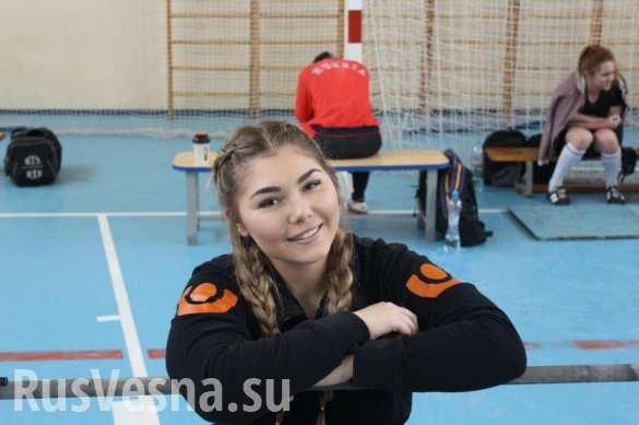 Самая сильная девочка мира привезла большую радость в обстрелянные школы Донецка (ФОТО)