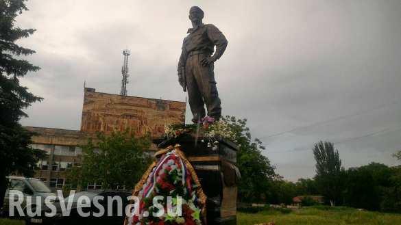 В Алчевске установили памятник Алексею Мозговому (ФОТО)