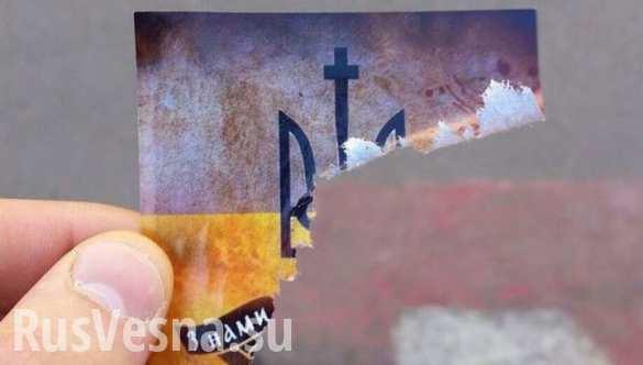 В Москве на стенах появились украинские националистические листовки с бритвами (ФОТО)